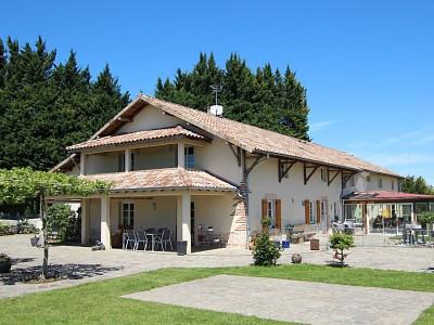 PROPRIÉTÉ - PISCINE - PARC - ÉTANG - DÉPENDANCES A VENDRE - TOURNUS - 410 m2 - 800000 €